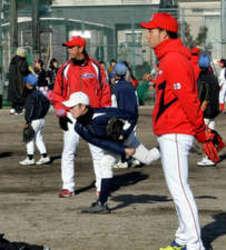 広島カープ選手らに小中生350人学ぶ