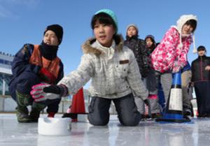 厳寒に親しむ、漬物石でカーリング 函館市民スケート場催し