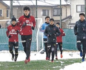 全28選手そろい踏み ツエーゲン金沢、雪中トレに汗