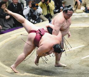 大相撲 稀勢冷静、崩れない 逆転の小手投げで遠藤下す