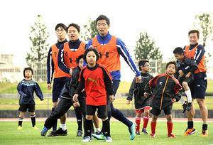J1大宮キャンプ、体幹強化に汗 練習後、サッカー教室