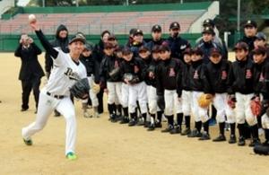 プロ野球選手招き「少年非行防止教室」 明石署