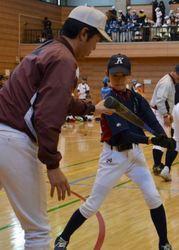 力まず楽に打とう、北斗でフェス 高校野球監督ら児童指導
