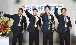 陸上 リオ五輪リレー銀の4選手に中日体育賞贈呈