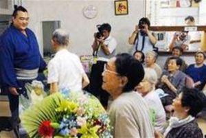 大相撲 稀勢の里、横綱昇進 「長く活躍して」秋田のファンも祝福