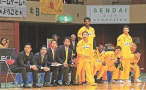 バスケBリーグ 仙台、ベンチではコーチ寄りに詰めて座る