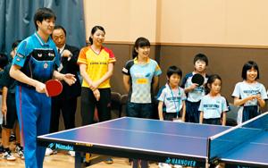 愛媛銀卓球部の専用練習場完成、福原愛夫妻が教室開く