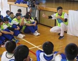 中日 又吉克樹投手が「先生」に 地元沖縄の中学校で伝えたこと