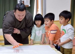 大相撲春巡業「見に来て」 勢関が園児らと交流