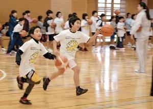 一流バスケの技すごい! 元日本代表選手ら指導