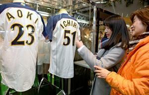 宮崎キャンプ プロ野球、Jリーグのユニホームなど展示 宮崎空港