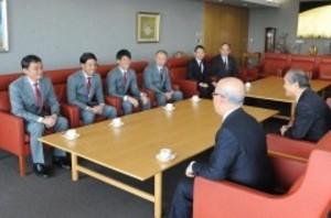 J2岡山 長沢監督、選手らと山陽新聞社訪問