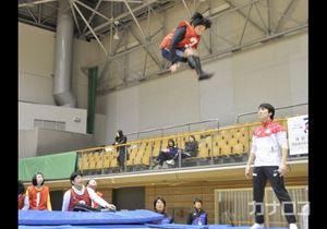 東京五輪へ羽ばたけ トランポリン選手が体験教室
