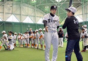 阪神選手、高知県安芸市で小学生に野球指導