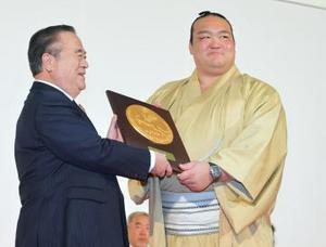 大相撲 稀勢の里「熱い声援後押し」 茨城県庁で県民栄誉賞授与