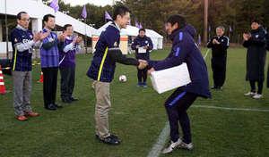 広島知事と市長、J1広島宮崎キャンプ訪問し激励