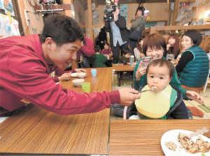 楽天選手、福島の子とキャンプ地・久米島で交流
