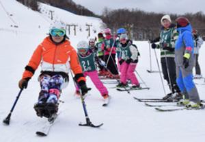 パラ五輪・金の滑り別格 札幌で大日方さんがスキー教室