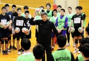 日本代表前監督が中高生指導 尼崎市でバレー練習会