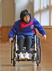 車いす、私走る 特別支援学校・高3村田さん