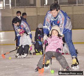 アイスホッケー 東北フリーブレイズが八戸でスケート教室