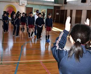 ブラインド・サッカー体験 コミュニケーションの大切さ学ぶ 鉾田の旭東小