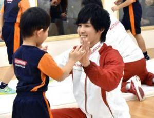 笑顔も「金メダル」だね 体操・加藤選手が北上で教室