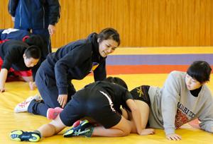 レスリング・伊調選手、松山で中高生に五輪の技を指南