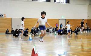 縄跳びチャンピオンへ児童挑む 大津で初の大会