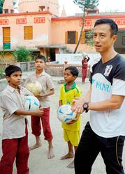 サッカー用具を印の孤児に 末岡さん(愛媛)、寄贈で現地訪問