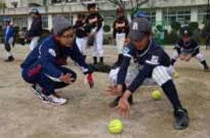 ソフトボール 実業団現役選手が周南で児童に熱血指導