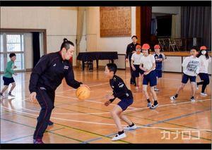 バスケBリーグ 川崎の選手がプロの技 小学校で指導