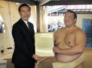 稀勢の里に芦屋市長特別賞 出生地「いい報告を」