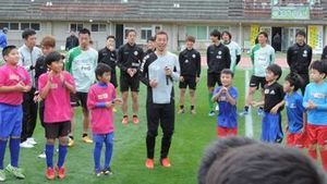 伸び伸び シュート J2東京V、西原町で少年サッカー教室