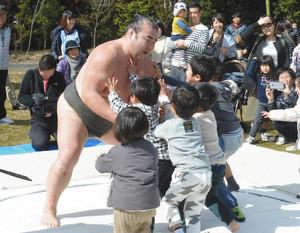 お相撲さんの胸借りた 大津で子どもたち交流