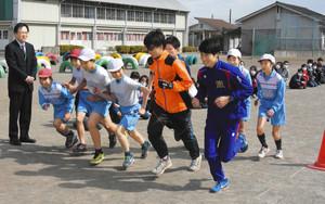 陸上 箱根駅伝出場OB、母校で児童に快走披露 栃木市の小学校