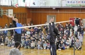 バレーボール 迫力スパイクで母校にエール 強化選手の新井さん