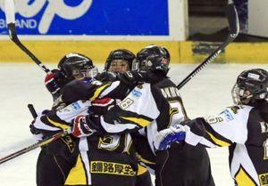 女子日本アイスホッケー準決勝へ 釧路ベアーズ競り勝つ