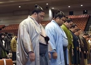 御嶽海、鶴竜に連勝なるか 大相撲春場所12日初日