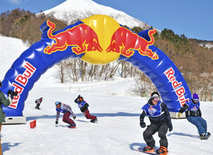 スノボレース...5年ぶり限界挑戦 レッドブル・スノーチャージ