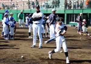 代打の神様が指導 元阪神・八木さんらが野球教室