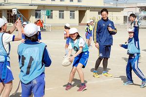 ラグビー トップリーグの選手、熊谷の小学校で指導
