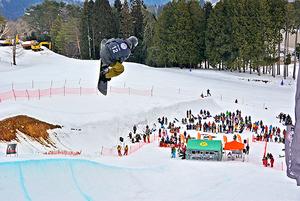 スノーボード 魅せた迫力の技 郡上市で全日本選手権