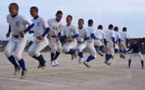 「ロープ・ジャンプ・X」に宇部鴻城高野球部が挑戦