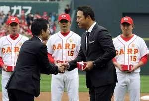 王者の証し、広島選手の手に チャンピオンズリング贈呈