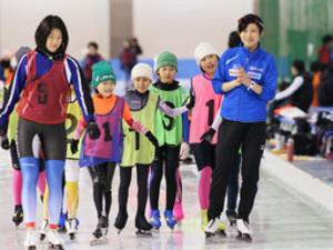 高木美帆「トップ目指して」 小中生にスケート指導