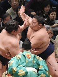大相撲 御嶽海、豪風を圧倒 6勝目 春場所12日目
