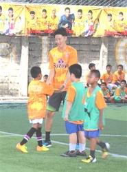 J1清水OB、高木選手らサッカー教室 タイの施設で技指導