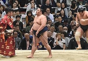 御嶽海、三役で初の勝ち越し 大相撲春場所