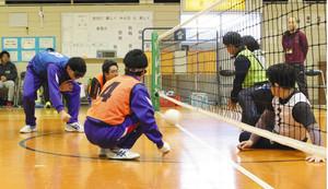 フロアバレー つなぐ心 石川県立盲学校で創部